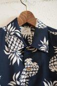 画像2: Kiruto pineapple Hawaiian shirt (KARIYUSHI WEAR PINEAPPLE PATTERN) navy (2)